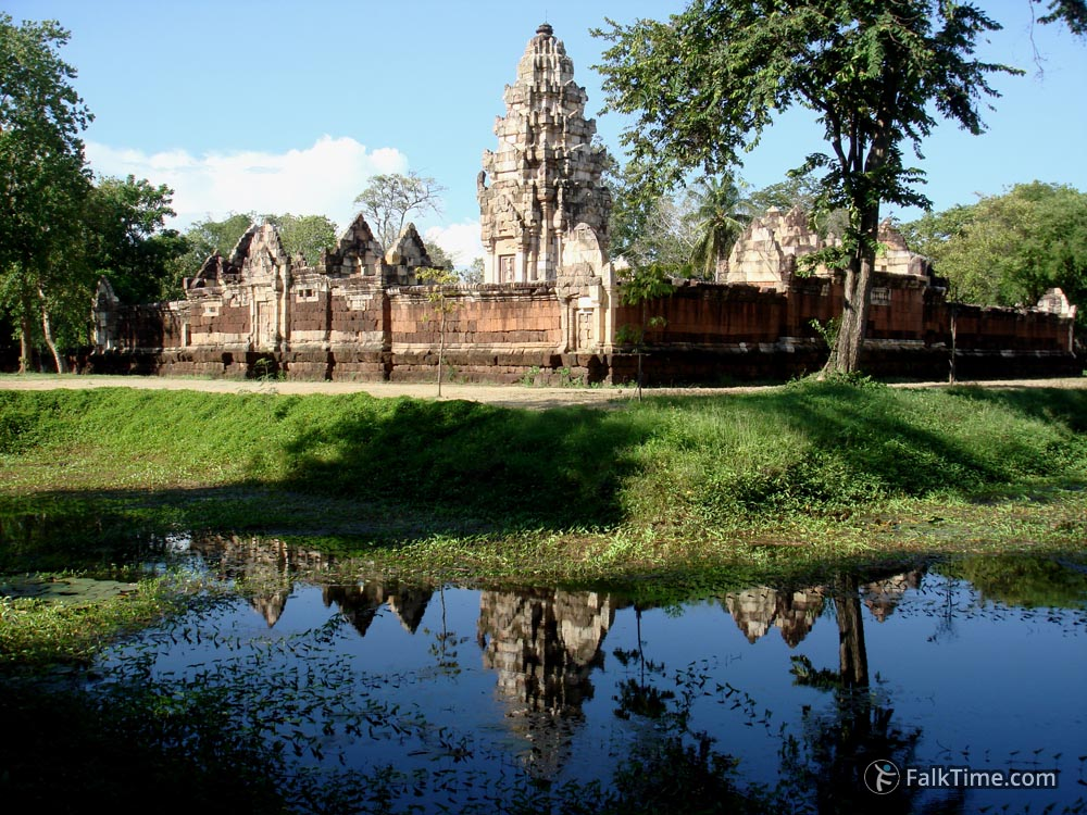 Reflection of Sadok Kok Thom in baray